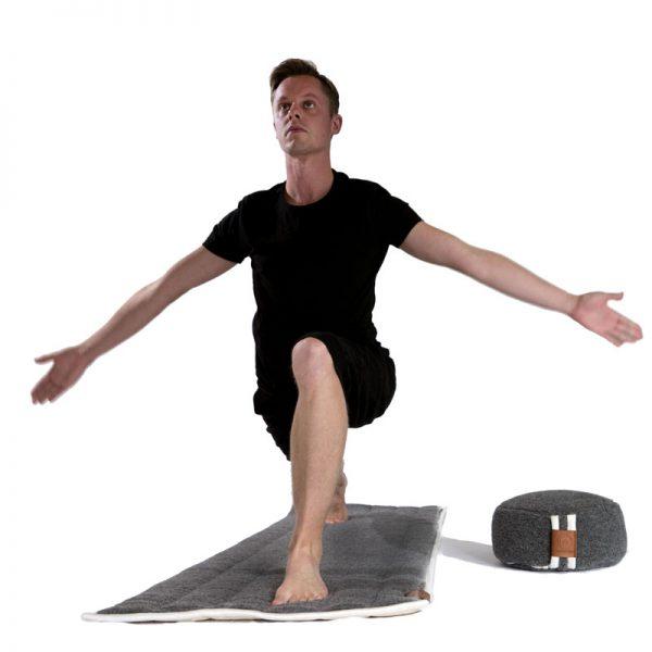 krijgerhouding yoga op wollen antraciete yogamat en meditatiekussen