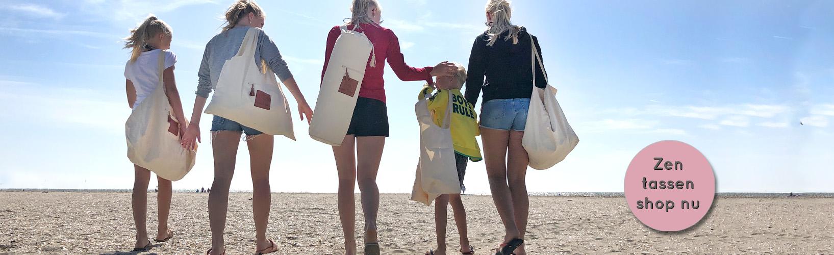 vijf mensen op het strand dragen de verschilende modellen ComfortZen tassen