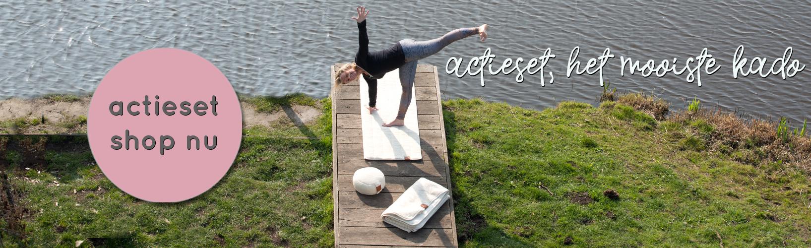 De halve maan houding in de natuur op de wollen yogamat van ComfortZen
